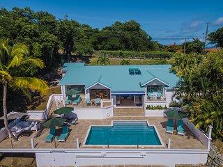 La Mer - Luxury 3 Bedroom Villa with large pool terrace and fantastic sea views