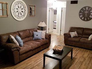 ★ Home Away From Home ★ Parking ★ 6min to C-N University & Cherokee Lake