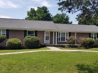 Close to Lake & C-N University. Fast Wifi. Family & Couple Friendly with Yard.