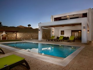 Lachania Villa with Pr. Pool & Jacuzzi Lachania