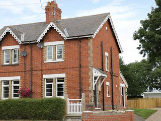RED COTTAGE, semi-detached, over three floors, en-suite, WiFi, in Driffield, Ref
