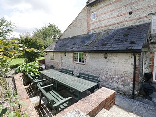 MILL HOUSE, perfect for families, stream views, Maiden Newton