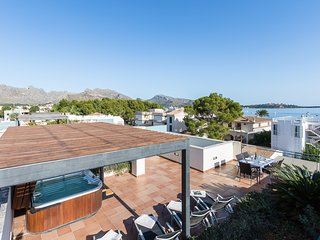 Penthouse La Nau with beach views