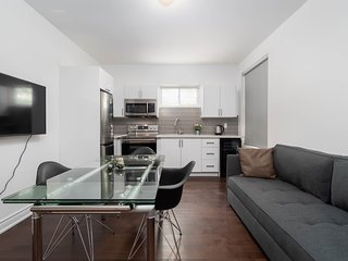 Stylish 2 BR in King West by CNE and Ossington