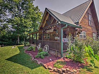 NEW! Modernized Rustic Cabin 10 Mi. to DT Franklin