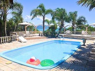 Villa de 6 quartos com conexão direta com a praia. Natureza e tranquilidade.