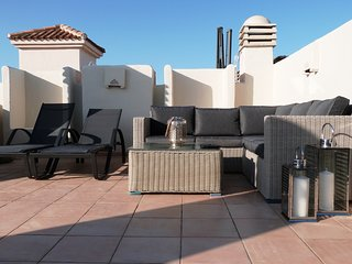 Modern 2 Bed Penthouse /free wifi/aircon/luxury roof terrace with BBQ/pool