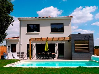 4 bed 4 bath luxury villa with pool & hot tub with sports facilities onsite