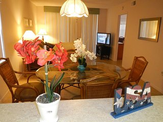 Luxury lakefront Sunshine Shorewalk 2B condo, 1 km. IMG Academy, 10 min to beach