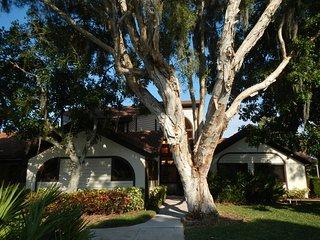 Luxury lakefront Sunshine Shorewalk 2B condo, 1 km. IMG Academy, 10 min to beach