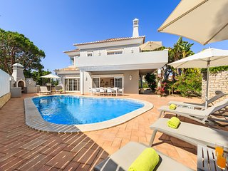 5 bedroom Vale do Lobo villa, short walk to beach