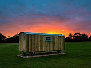 Suffolk Farm Stay in a Traditional Shepherds Hut - Hut No. #2