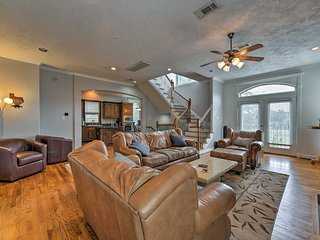 NEW! Houston Townhome Near Wash Ave & The Heights!