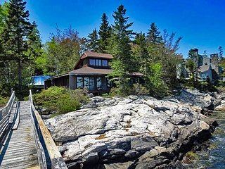 DOCS PLACE ON SOUTHPORT ISLAND | CAPE NEWAGEN | STONE FIREPLACE | PRIVATE DOCK &