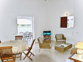 Villa Hibiscus cloturee avec parking prive et proche des plages
