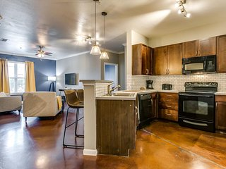 Inviting 2BR | Pool + Gym | Downtown
