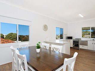 Classic Cooly - Coolangatta Holiday House - Sleeps 6 only 700m to Coolangatta Be