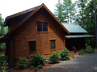Pine Log Lodge -Log Cabin W/Babbling Creek, Hot Tub, Fire Pit & Pin Ball!