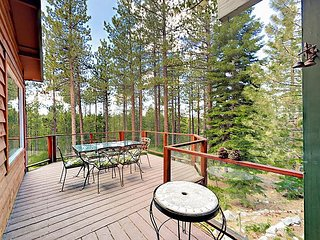 Creekside 4BR w/ Decks, Hot Tub, 5 Fireplaces & Guest Quarters
