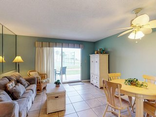 NEW LISTING! Ground-floor condo w/entertainment, shared pool, hot tub-near beach