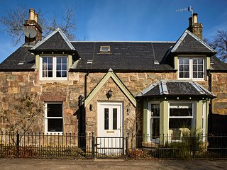 Traditional Scottish Cottage, Charming Lochside Village for Families