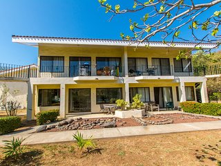 Beautiful Condo  and only 2 minutes from beach!