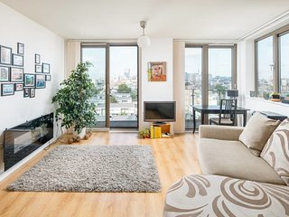 Charming 1 Bed Apartment w/Balcony in Shadwell
