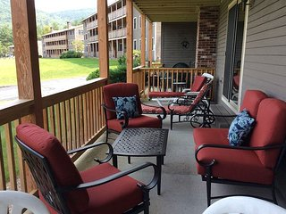 2BR Condo 1 Minute to North Conway Village! Views to Cranmore, Pool & WiFi!