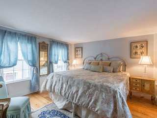 Romantic Cottage 1min walk to downtown, 5min to ocean, near cafes, yacht clubs,