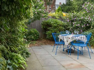 Special Rates! Brackett Cottage: charming home, walk to beach, shops & restauran
