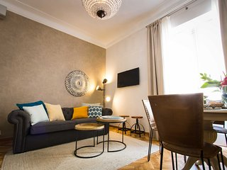 Nicely decorated Superior 2 bedroom apartment next Larios St. -WiFi & Smart Tv