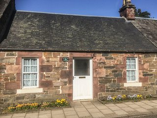 KINTYRE COTTAGE, lovely garden with countryside views, amenities walking