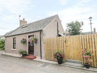 CUDDLE COTTAGE, hot tub, Nairn
