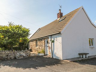 LINDISFARNE COTTAGE, hot tub, dog friendly, Lowick
