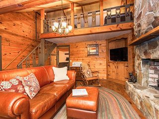 Adorable 2BR Cottage w/ Hot Tub & Spa Shower - 20 Minutes to Asheville