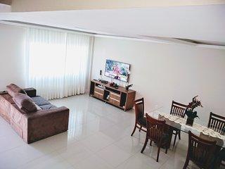 Casa ampla e aconchegante, com 3 quartos sendo 1 suíte com ar condicionado, vaga