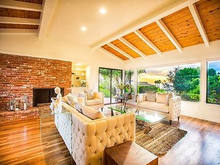 Remodeled, Close to Beach & Town, Hot Tub, Pool Table & Ocean Views!