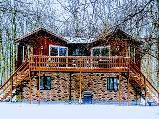 Centrally located, pet friendly, cozy Pocono mountain cabin. Lake community!!