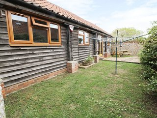 DUCKLING BARN all ground floor, pet-friendly, coastal property in Bacton Ref