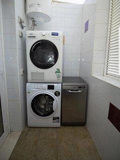 Cuarto de la colada con lavadora, secadora, tendedero, lavavajillas,  productos de limpieza