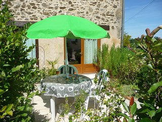 Gite NOIX: 1 bed, self catering, near lake Rouffiac, summer pool, peaceful site.