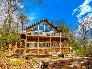 Cabin Retreat in Brevard - 3BR / 2.5BA - Hiking / Golf / Lake / Pool Access