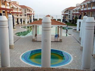 Room with sea view and swimming pool at Puri room2