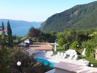 Ferienwohnung mit Balkon, Pool und wunderschönem Ausblick auf den Gardasee