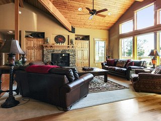 Stunning Home w/ WiFi, Hot Tub, BBQ, Fireplace, Gameroom & Free Sharc Passes