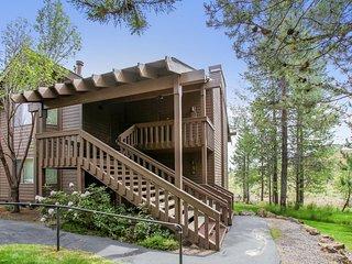 Beautiful Home near Sunriver Village Mall w/ WiFi, Hot Tub, BBQ & Complex Pool