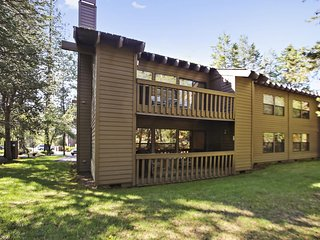 Comfy Home near Sunriver Village Mall w/ WiFi, Hot Tub, BBQ & Complex Pool
