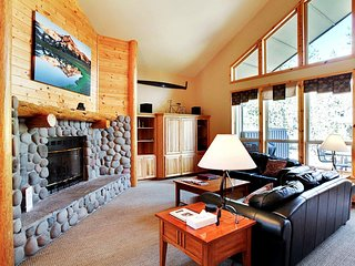 Rustic Home w/ WiFi,River Rock Fireplace, Hot Tub, BBQ & Free Sharc Passes