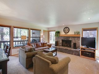 Classy Home near Sunriver Village Mall w/ WiFi, Hot Tub, BBQ & Complex Pool