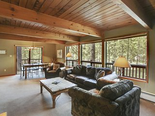 Relaxing Remodeled Home w/ WiFi, Fireplace, Hot Tub & Free Sharc Passes!